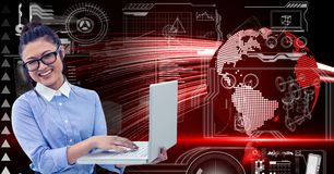 Donna di affari che per mezzo del computer portatile contro il fondo digitalmente composito royalty illustrazione gratis