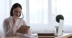 Donna di affari che per mezzo del computer portatile per il video comunicazione archivi video