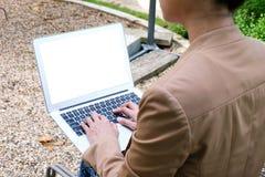 Donna di affari che per mezzo del computer portatile lavora online sul computer portatile che Fotografia Stock