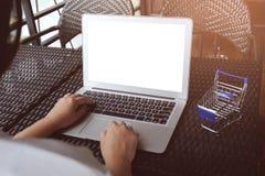 Donna di affari che per mezzo del computer portatile lavora online sul computer portatile che Immagini Stock