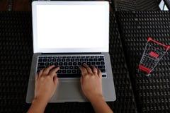 Donna di affari che per mezzo del computer portatile lavora online sul computer portatile che Immagine Stock