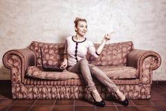 Donna di affari che per mezzo del computer. Tecnologia domestica di Internet. Foto d'annata. Immagine Stock