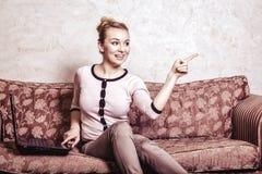 Donna di affari che per mezzo del computer. Tecnologia domestica di Internet. Foto d'annata. Immagini Stock Libere da Diritti