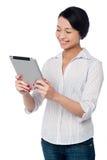 Donna di affari che per mezzo del dispositivo di cuscinetto di tocco Fotografia Stock Libera da Diritti