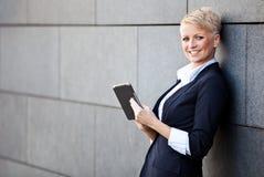 Donna di affari che per mezzo del ridurre in pani Immagine Stock