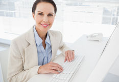 Donna di affari che per mezzo del suo computer del lavoro Immagini Stock Libere da Diritti