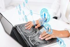 Donna di affari che per mezzo del suo computer portatile Immagine Stock
