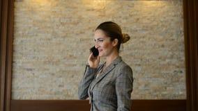 Donna di affari che per mezzo del suo telefono stock footage