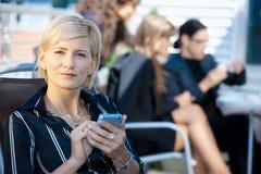 Donna di affari che per mezzo del telefono astuto Fotografie Stock Libere da Diritti