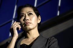 Donna di affari che per mezzo del telefono astuto delle cellule Fotografie Stock Libere da Diritti