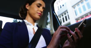 Donna di affari che per mezzo del telefono cellulare video d archivio