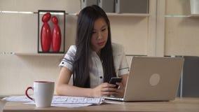 Donna di affari che per mezzo del telefono cellulare archivi video