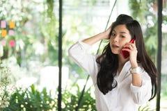 Donna di affari che per mezzo del telefono cellulare nel luogo di lavoro wor startup della donna fotografie stock