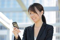 Donna di affari che per mezzo del telefono mobile Immagine Stock Libera da Diritti