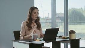 Donna di affari che per mezzo del telefono mobile Telefono di conversazione concentrato delle free lance archivi video