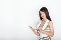 Donna di affari che per mezzo della compressa digitale, ritratto di affari su fondo bianco fotografia stock libera da diritti