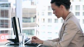 Donna di affari che per mezzo di un computer