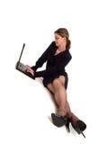 Donna di affari che per mezzo di un computer portatile fotografie stock libere da diritti