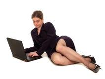Donna di affari che per mezzo di un computer portatile immagine stock