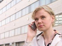 Donna di affari che per mezzo di un telefono mobile fotografia stock libera da diritti