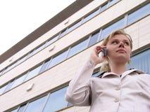 Donna di affari che per mezzo di un telefono mobile fotografie stock