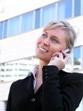 Donna di affari che per mezzo di un telefono mobile Immagine Stock Libera da Diritti