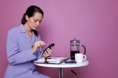 Donna di affari che per mezzo di un'unità mobile Immagini Stock Libere da Diritti