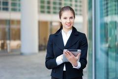 Donna di affari che per mezzo di una compressa digitale immagine stock