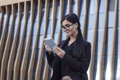 Donna di affari che per mezzo di una compressa digitale Fotografia Stock Libera da Diritti