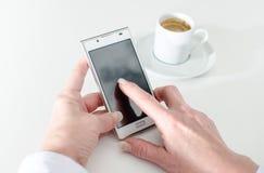 Donna di affari che per mezzo di uno smartphone durante la pausa caffè Fotografia Stock Libera da Diritti