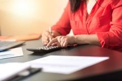 Donna di affari che per mezzo di un calcolatore, effetto della luce Immagini Stock