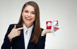 Donna di affari che porta vestito nero che tiene il piccolo contenitore di regalo Immagine Stock