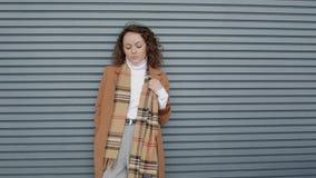 Donna di affari che posa vicino alla parete stock footage