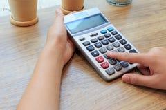 Donna di affari che preme i bottoni del calcolatore Fotografia Stock