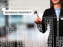 Donna di affari che preme il bottone della proprietà di affari sul ghiaione virtuale Fotografia Stock