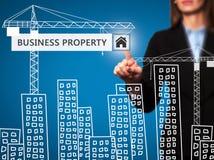 Donna di affari che preme il bottone della proprietà di affari sul ghiaione virtuale Immagini Stock Libere da Diritti