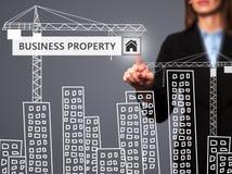 Donna di affari che preme il bottone della proprietà di affari sul ghiaione virtuale Immagine Stock Libera da Diritti
