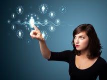 Donna di affari che preme tipo sociale moderno di icone Fotografia Stock