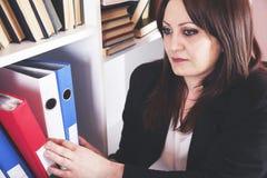 Donna di affari che prende i raccoglitori fotografie stock