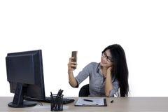 Donna di affari che prende l'immagine del selfie sullo studio Fotografia Stock