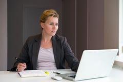 Donna di affari che prende le note Fotografia Stock Libera da Diritti