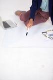 Donna di affari che prepara un grafico con le icone Immagini Stock
