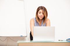 Donna di affari che prepara una presentazione Immagine Stock