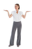 Donna di affari che presenta qualcosa con le sue due mani sollevate Immagine Stock Libera da Diritti