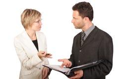 Donna di affari che presenta rapporto al suo socio Immagine Stock