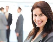 Donna di affari che propone davanti alla sua squadra Fotografia Stock Libera da Diritti