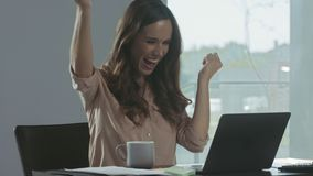 Donna di affari che riceve buona lettera Free lance concentrate che lavorano al computer portatile video d archivio