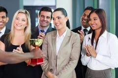 Donna di affari che riceve trofeo Immagini Stock