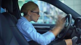 Donna di affari che rimprovera collega tramite telefono, conflitto sul lavoro, giorno stressante archivi video