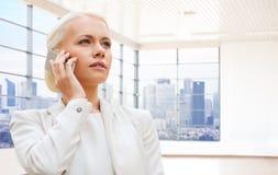 Donna di affari che rivolge allo smartphone Fotografie Stock Libere da Diritti